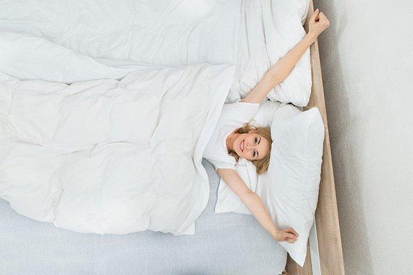 dormir-sur-le-dos-les-avantages